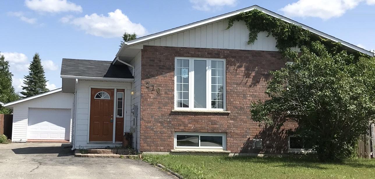 Timmins Ontario Sarah-Eve Cossette designer exterieur maison avant