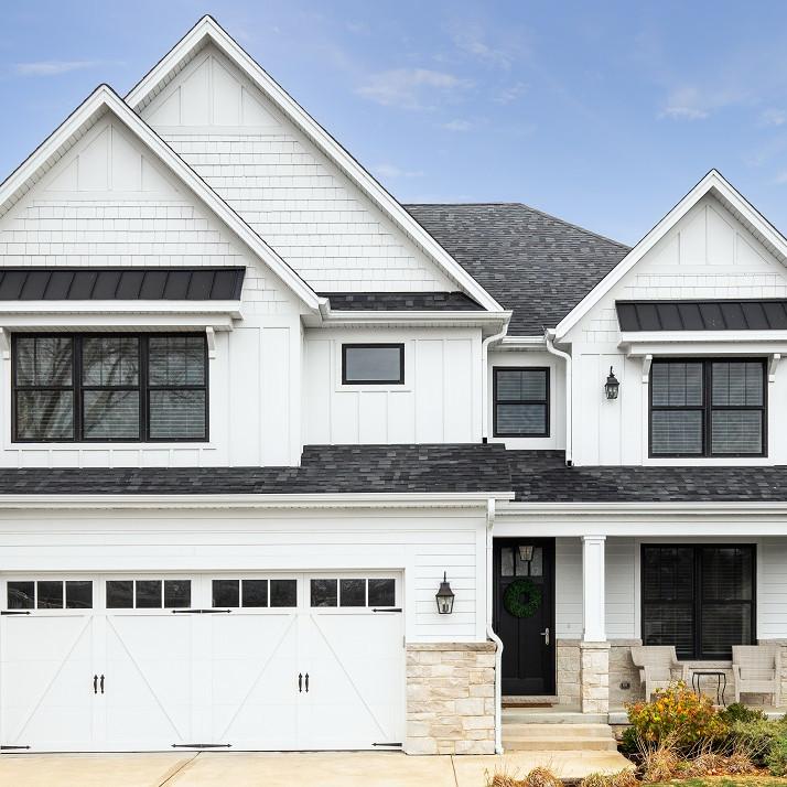 Maison Farmhouse blanche avec toit noir